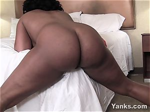 Sydnee Capri nails the corner of the bed to ejaculation