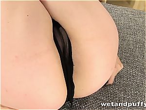ultra-cutie uses her pump to make her fuckbox soaked