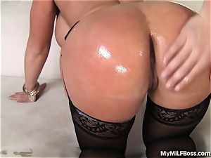 mummy babe Uses Her labia To Make Sales