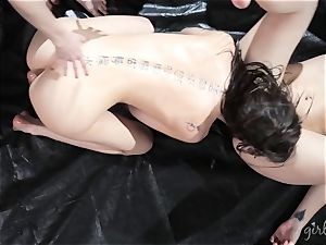 Kendra James gets her gals all over Riley Reid