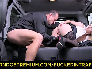 poked IN TRAFFIC - sumptuous blond fucked in backseat